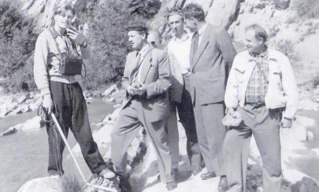 Grupa geologów w trakcie prac poszukiwawczych w 1958 roku, po lewej stronie rosyjski geofizyk Lew Łobanow – Źródło: IPN / R. Klementowski