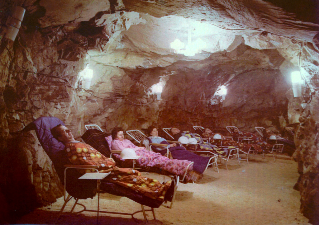 Kuracjusze w inhalatorium radonowym w 1973 roku
