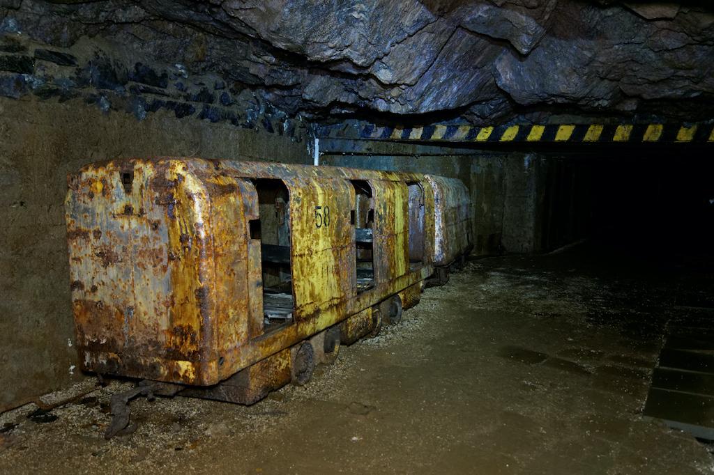 """Kopalnia uranu """"Podgórze"""" i wagoniki służące do przewozu górników"""