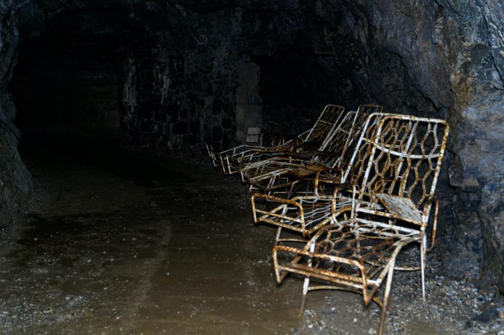 """Kopalnia uranu """"Podgórze"""" i krzesła po dawnym inhalatorium radonowym"""