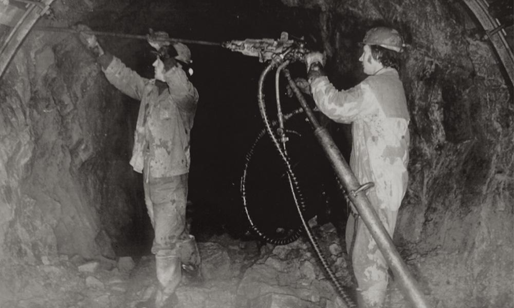 """Praca górników w kopalni """"Podgórze"""" na początku lat 50. XX wieku"""