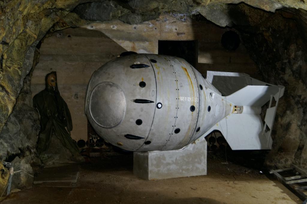 Na trasie zwiedzania znajduje się model radzieckiej bomby atomowej RDS-1, w nawiązaniu do historii wydobycia kowarskiego uranu