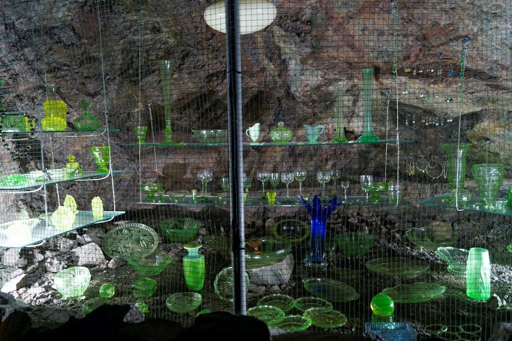 Na trasie turystycznej znajduje się wystawa szkła uranowego