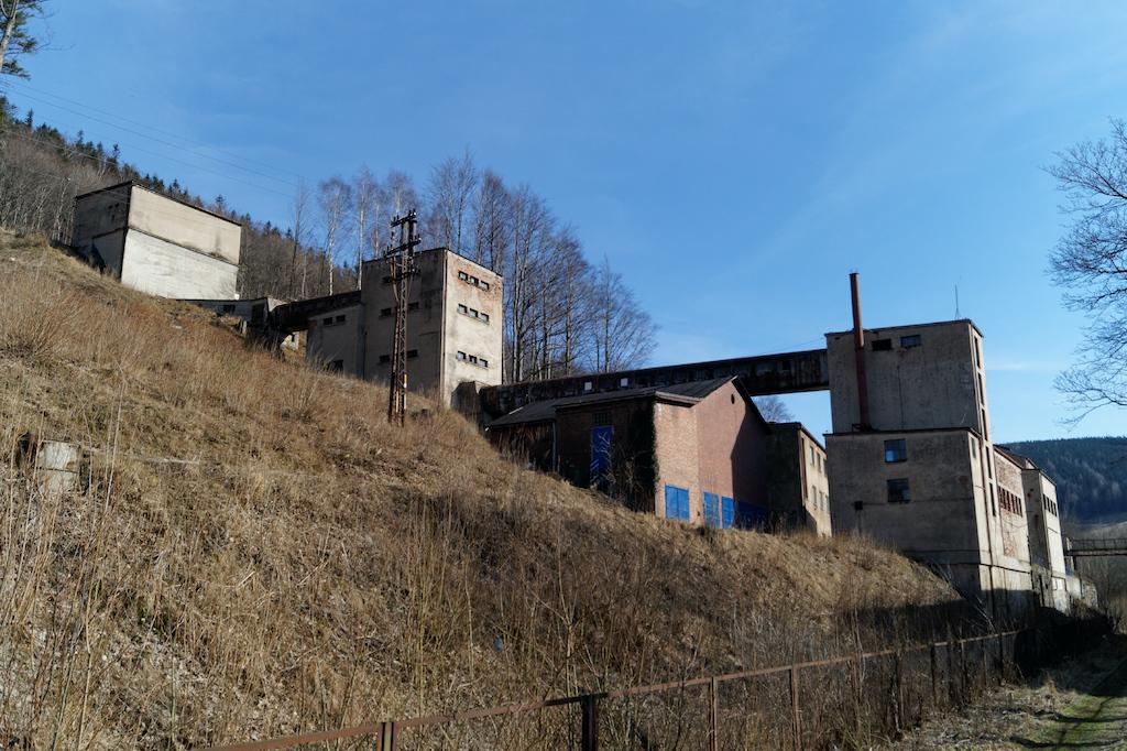 """Zabudowania dawnego zakładu przeróbki rudy uranowej, który powstał w miejscu nieczynnej kopalni """"Wolność"""""""