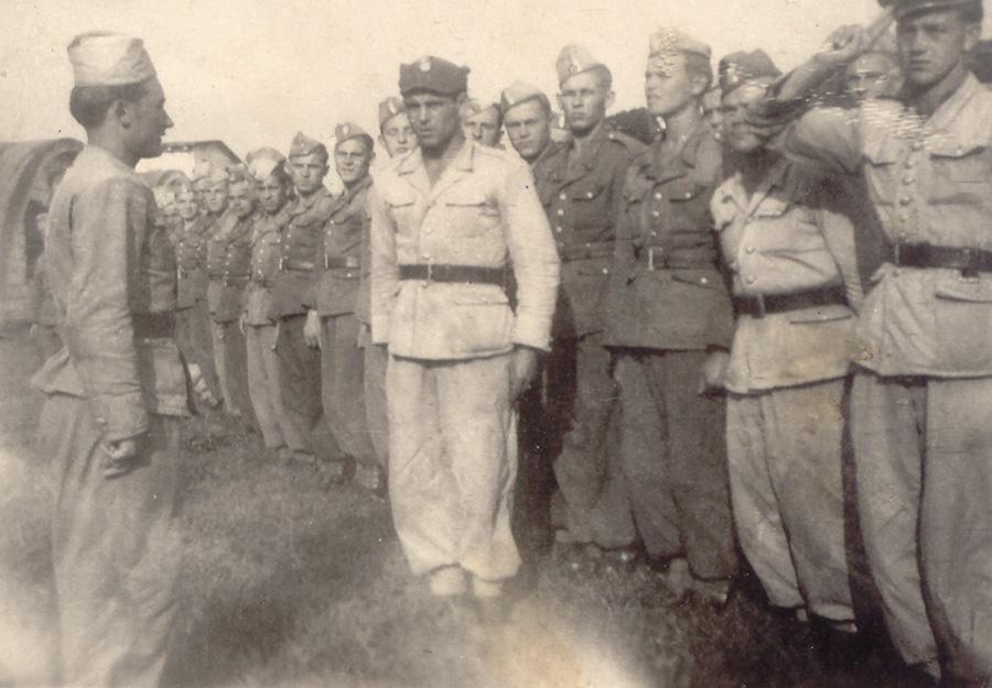 Żołnierze 10. Batalionu Pracy na terenie obozu w Kamiennej Górze – Źródło: IPN / R. Klementowski