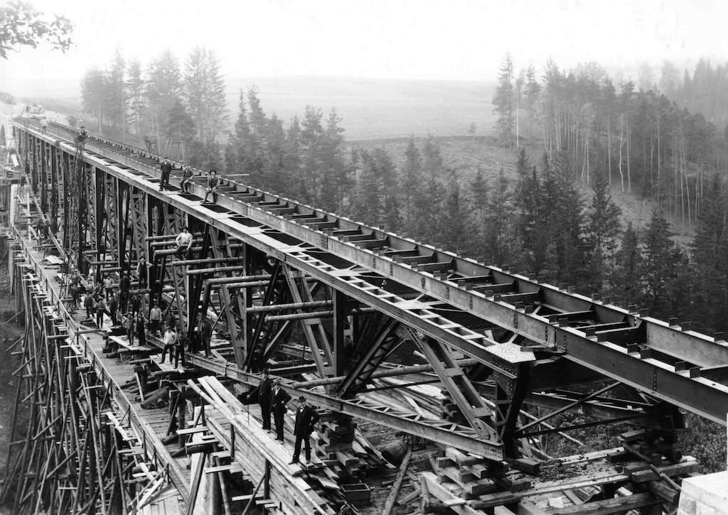 Budowa mostu kolejowego nad zakolem przyszłego zbiornika – Źródło: polska-org.pl