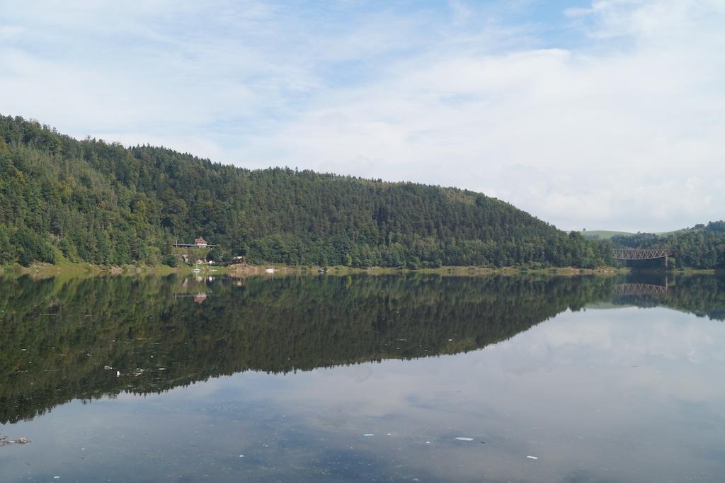 Jezioro Pilchowickie, na brzegu po lewej przystanek kolejowy, a po prawej stronie most kolejowy