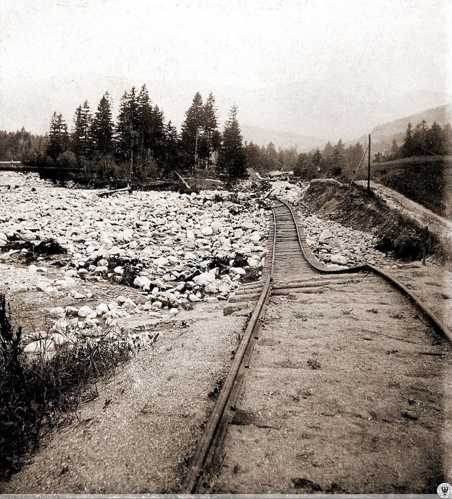 Zniszczona linia kolejowa pomiędzy Miłkowem i Karpaczem – Źródło: polska-org.pl