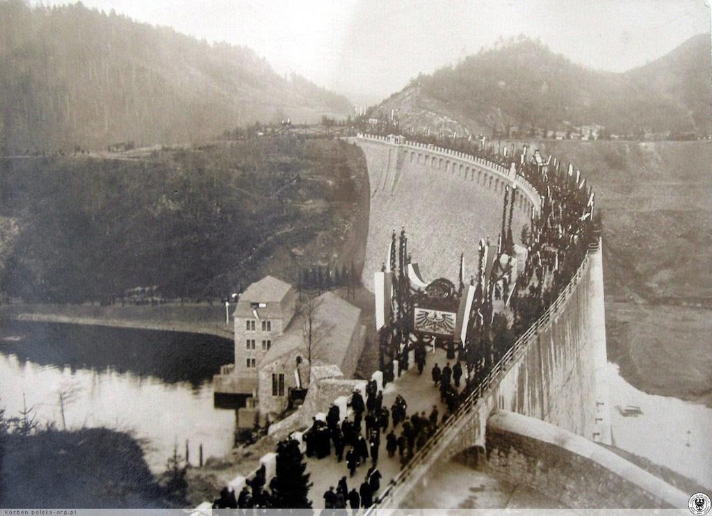 Uroczyste otwarcie zapory nastąpiło 16 listopada 1912 roku w obecności cesarza Niemiec Wilhelma II – Źródło: polska-org.pl