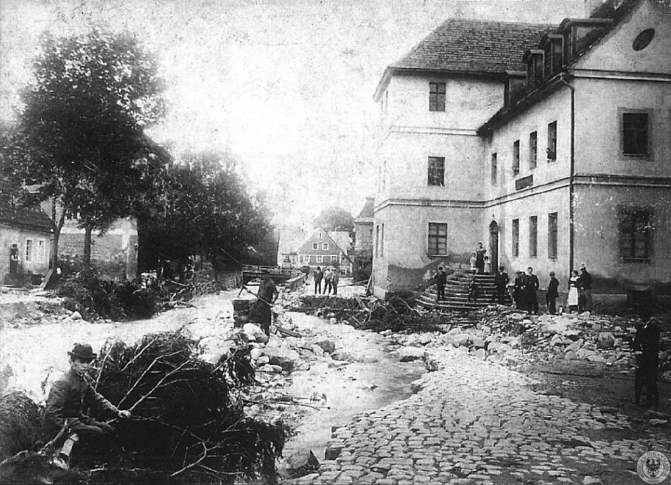 Usuwanie skutków powodzi z 1897 roku w Kowarach – Źródło: polska-org.pl