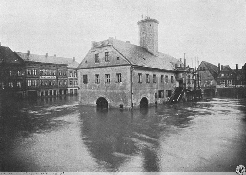 Leśna, zalany rynek i ratusz – Źródło: polska-org.pl
