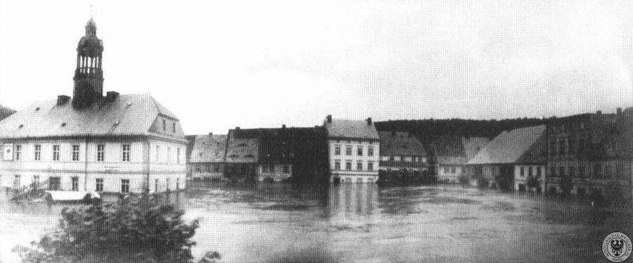 Wleń, zalany rynek i ratusz – Źródło: polska-org.pl