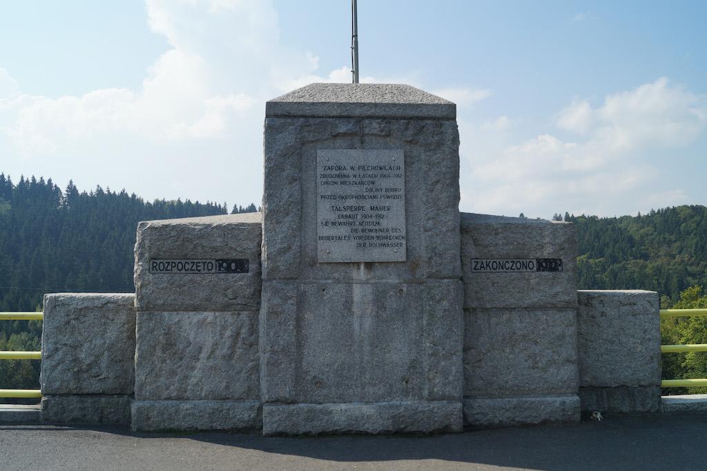 Pamiątkowa tablica na koronie zapory