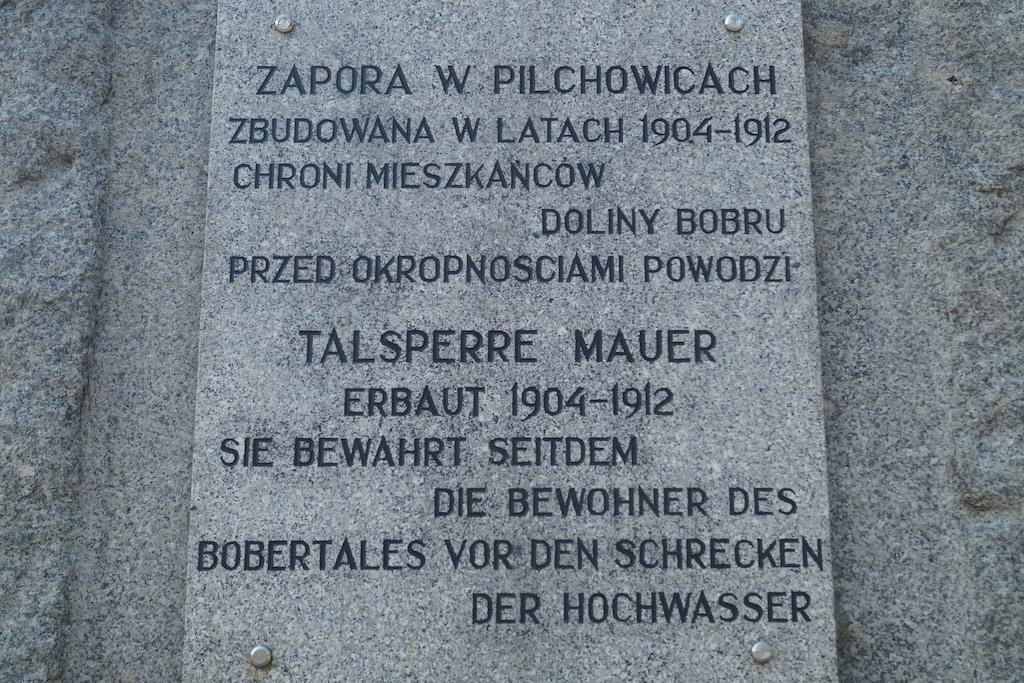 Informacje w języku polskim i niemieckim o latach budowy zapory (1904–1912)