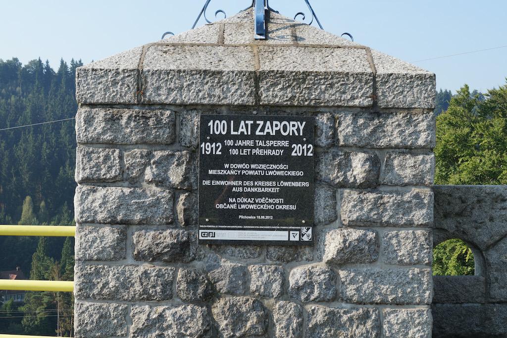 Druga tablica zamieszczona z okazji 100-lecia zapory