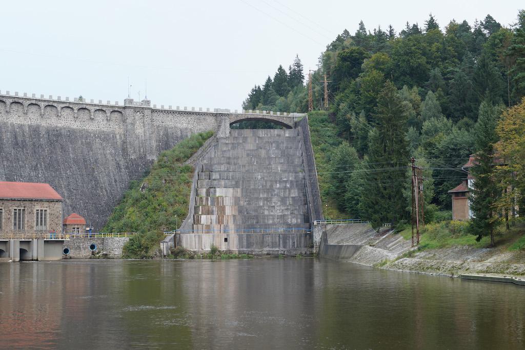 Upust kaskadowy, którym może przelać się nadmiar wody zgromadzonej w zbiorniku (jeżeli zajdzie taka potrzeba)