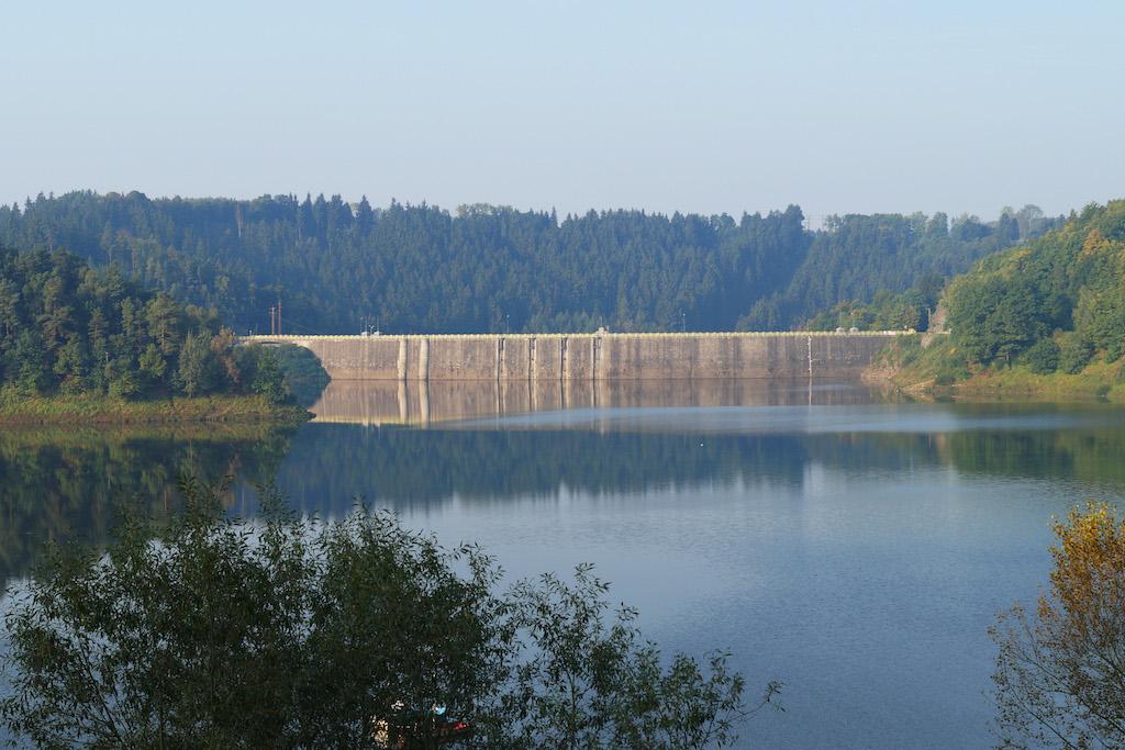 Widok na zaporę od strony jeziora (zbiornika)