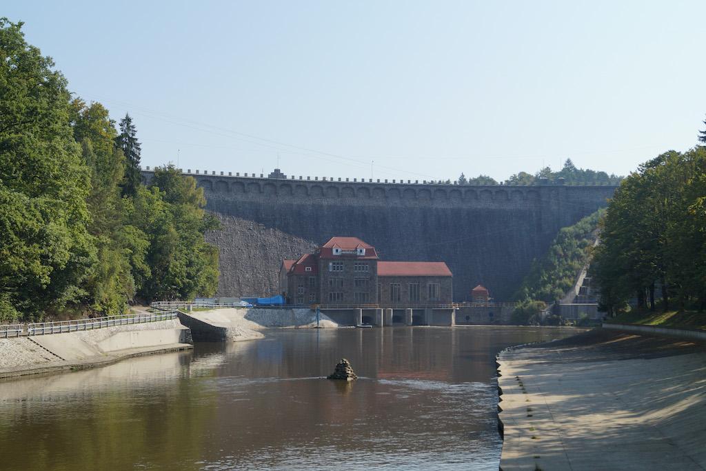 Widok na zaporę od drugiej strony, u dołu budynek elektrowni