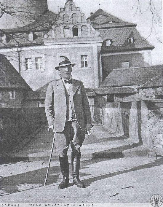 Ernst Gütschow ostatni właściciel Czochy na tle swojego zamku – Źródło: polska-org.pl