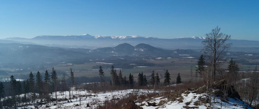 Na ostatnim planie grzbiety Karkonoszy z dominującym szczytem Śnieżki, widok z Gór Ołowianych