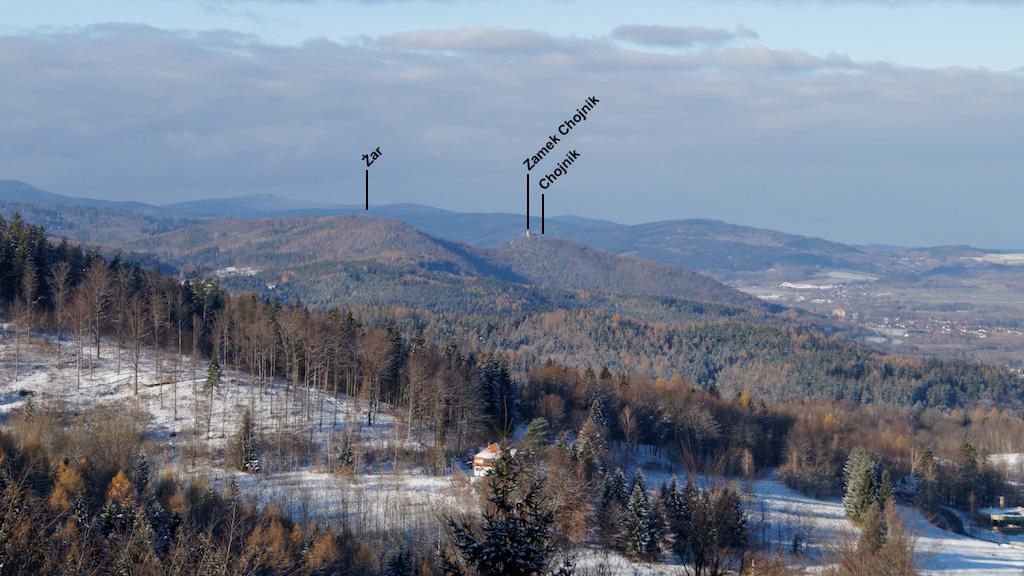 Pogórze Karkonoskie – Na drugim planie góra Żar i Chojnik z zamkiem Chojnik