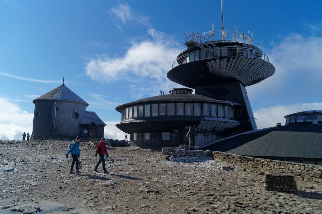 Szczyt Śnieżki, po polskiej stronie na szczycie znajdują się zabudowania Wysokogórskiego Obserwatorium Meteorologicznego (tzw. dyski) i zabytkowa kaplica św. Wawrzyńca