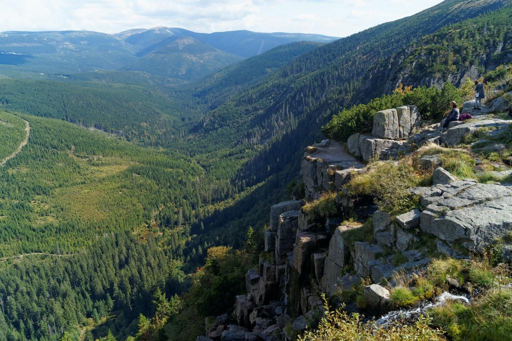 Wodospad Panczawy, największy wodospad w Karkonoszach, choć w okresach suszy jest mało spektakularny. Dołem przebiega dolina Łaby – Labský důl