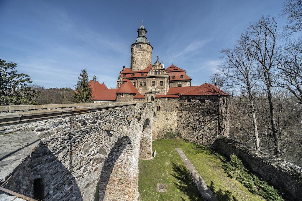 Wejście do zamku prowadzi przez kamienny most – Foto: Adrian Sitko