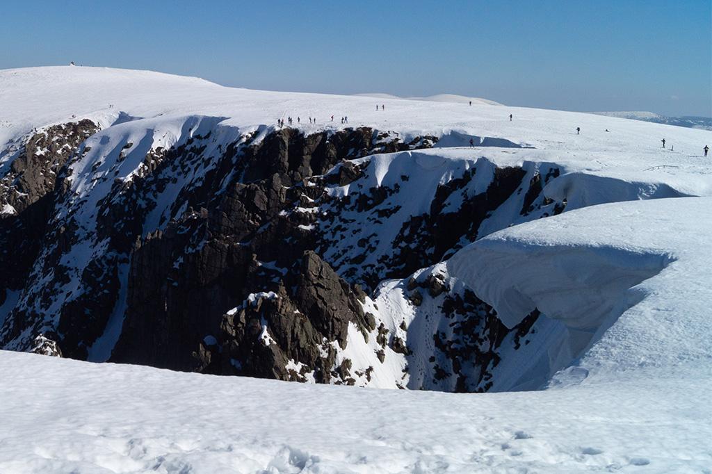 Tworzące się nad Śnieżnymi Kotłami niebezpieczne nawisy śnieżne