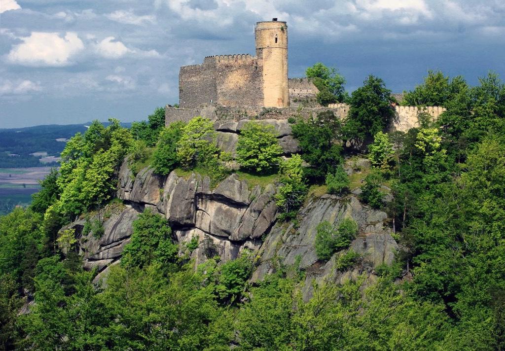 Zamek Chojnik leżący na Pogórzu Karkonoskim jest jedną z większych atrakcji regionu – Foto: Piotr Klementowski (UM Jelenia Góra) Źródło: wikimedia.org