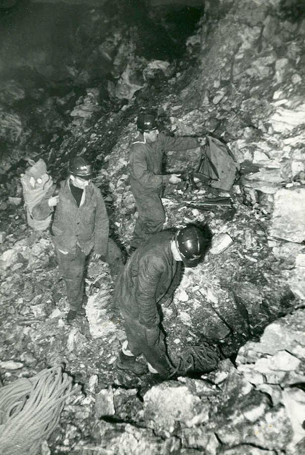 Pierwsza wyprawa naukowa do odkrytej jaskini, 27 października 1966 roku – Foto: Ludwik Pikuła Zbiory: Jaskinia Niedźwiedzia