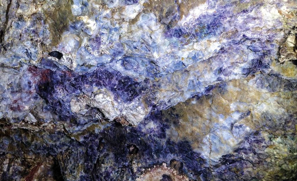 """Skupiska minerałów sprawiają, że kopalnia jest bardzo """"barwnym"""" miejscem, na zdjęciu fluoryt – Źródło: Kopalnia Kletno"""